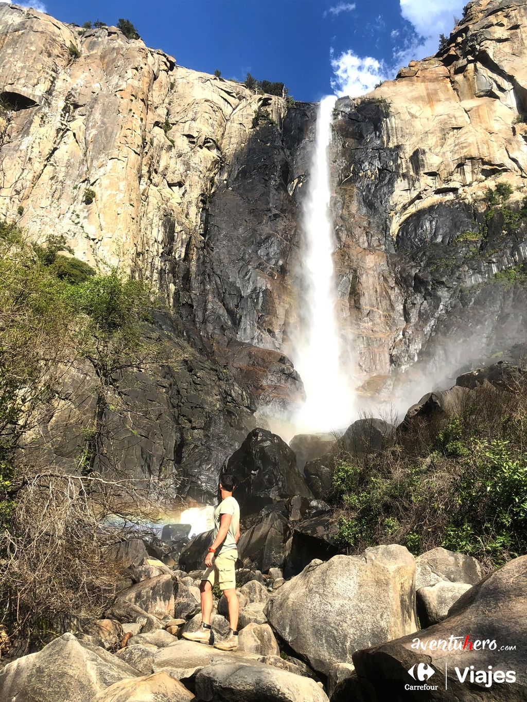 Cascada entre las rocas de Yosemite Valley