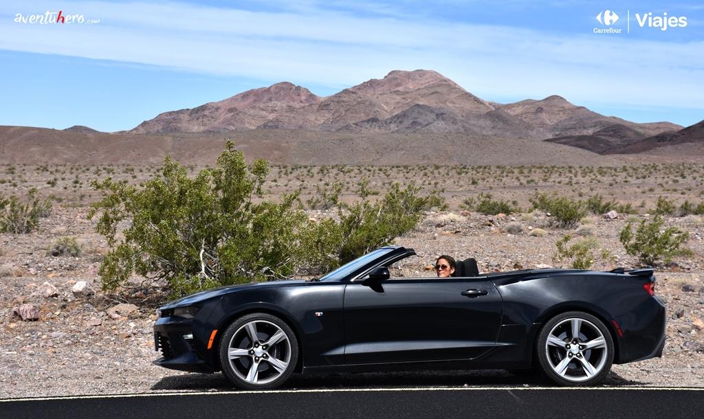 Chica observa desde el coche en Death Valley