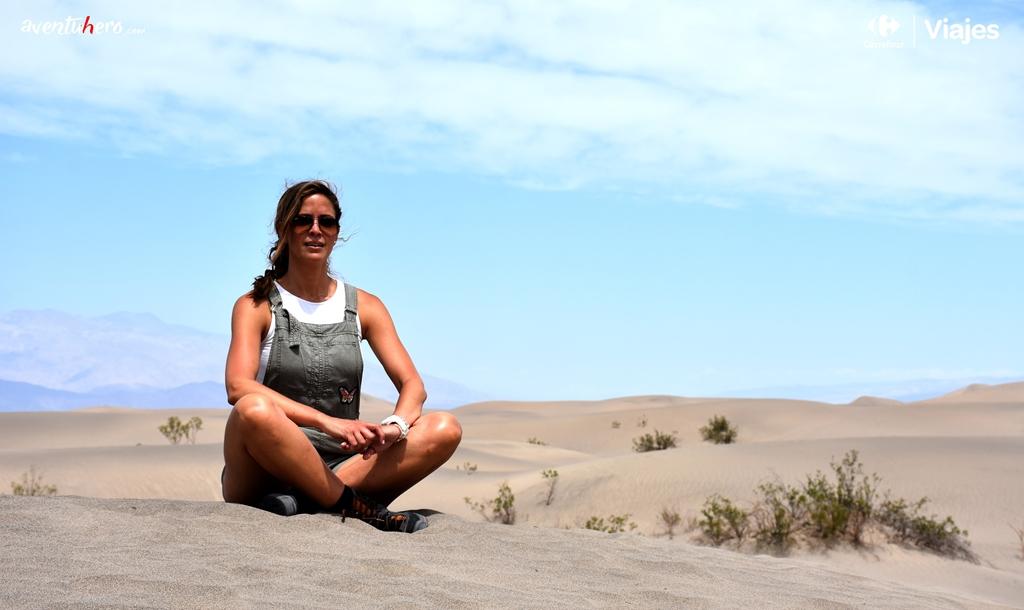 Chica sentada en Death Valley