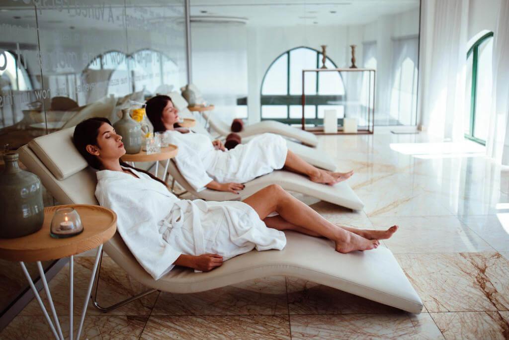 Chicas relajadas en un spa