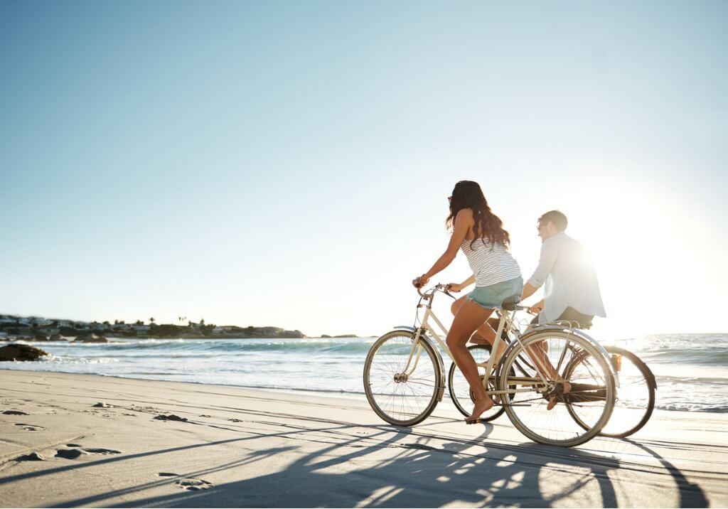 Paseo por la playa en bicicleta
