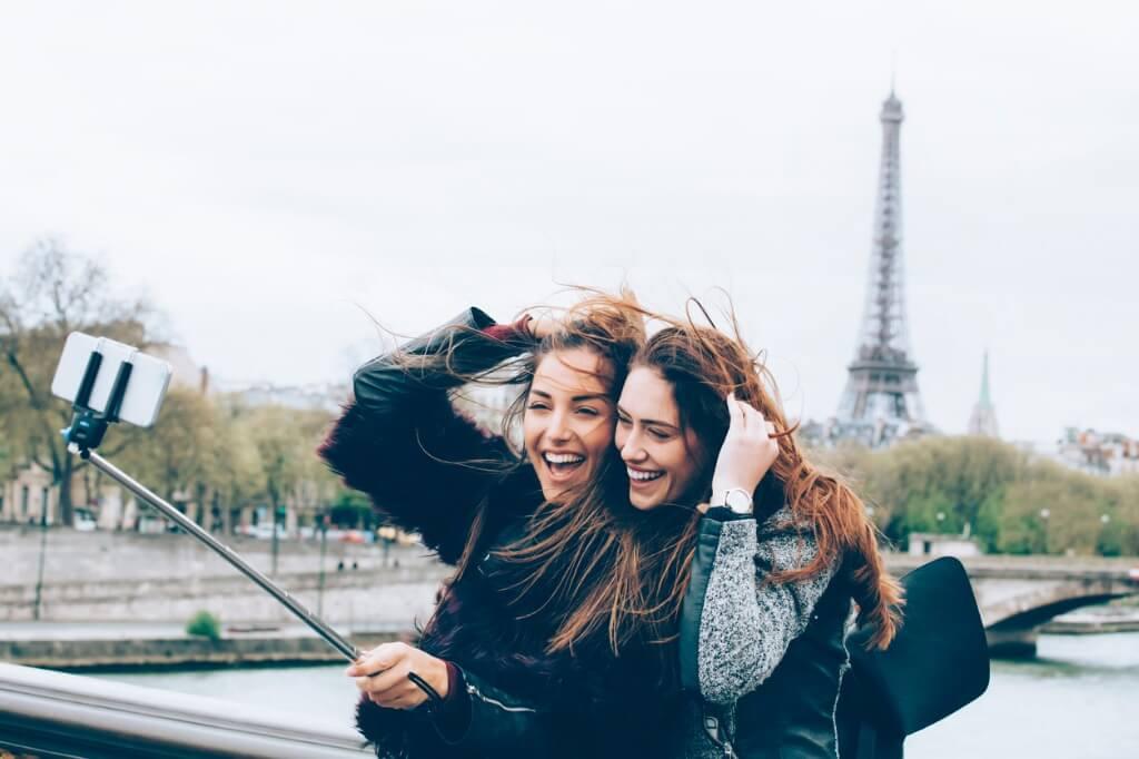 Amigas frente a la Torre Eiffel