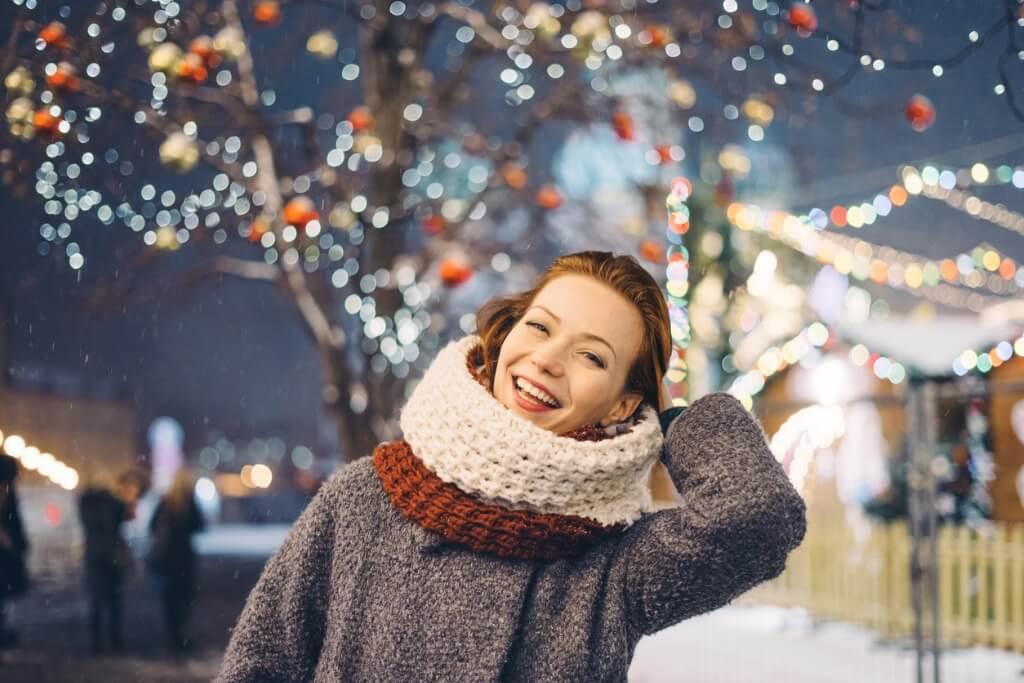 Chica feliz en mercado navideño