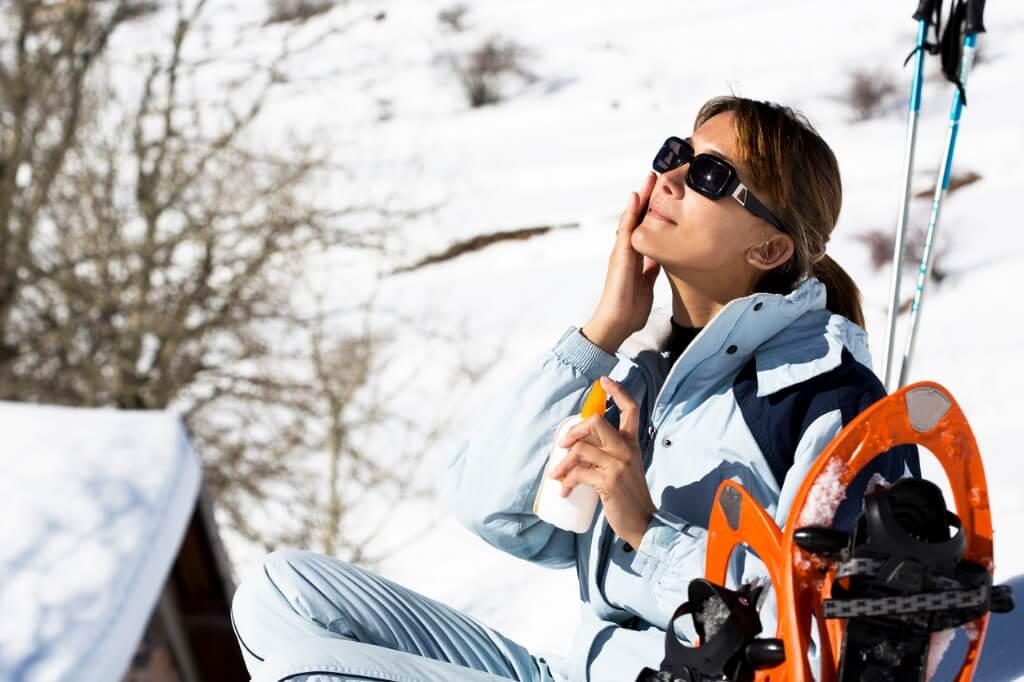 Mujer protegiéndose del sol