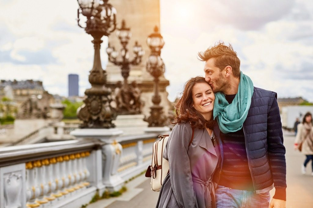 Pareja caminando por París