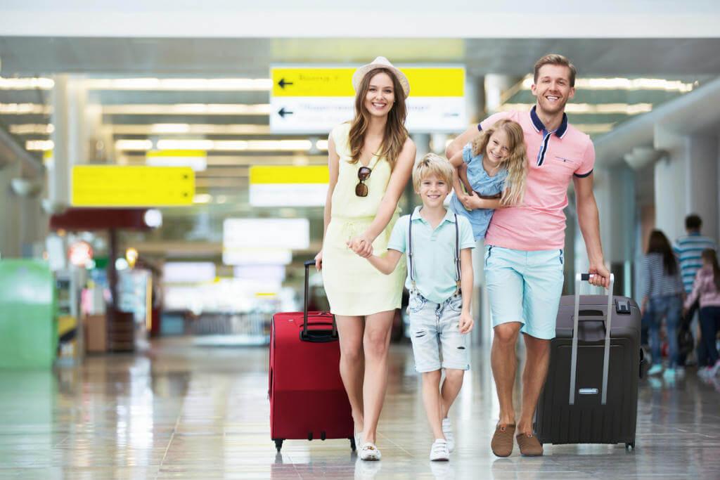 Familia en el aeropuerto