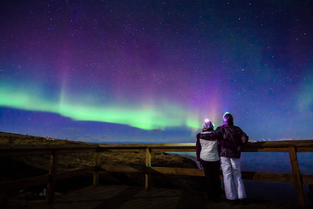 Pareja viendo aurora boreal