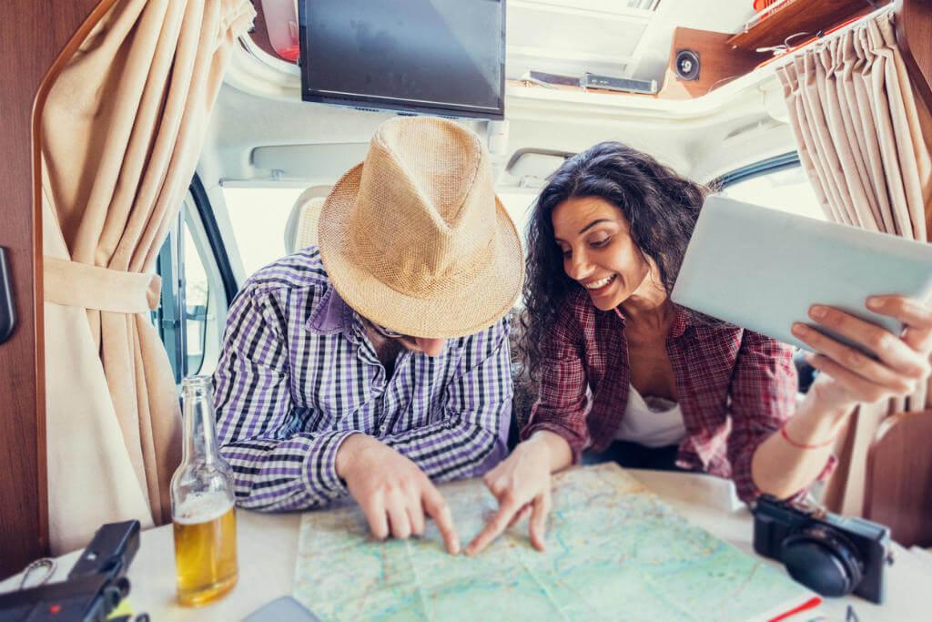 Pareja planificando viaje