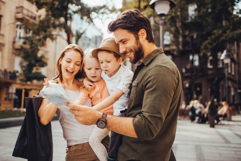 Familia mirando el mapa