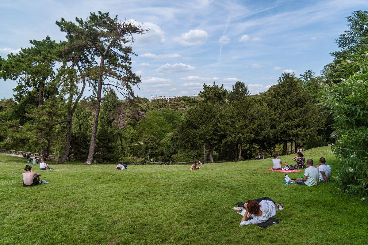 Personas disfrutando de un picnic en Paris