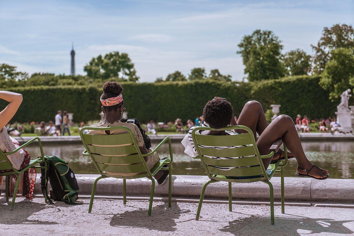 Parisinos tomando el sol a las orillas del sena