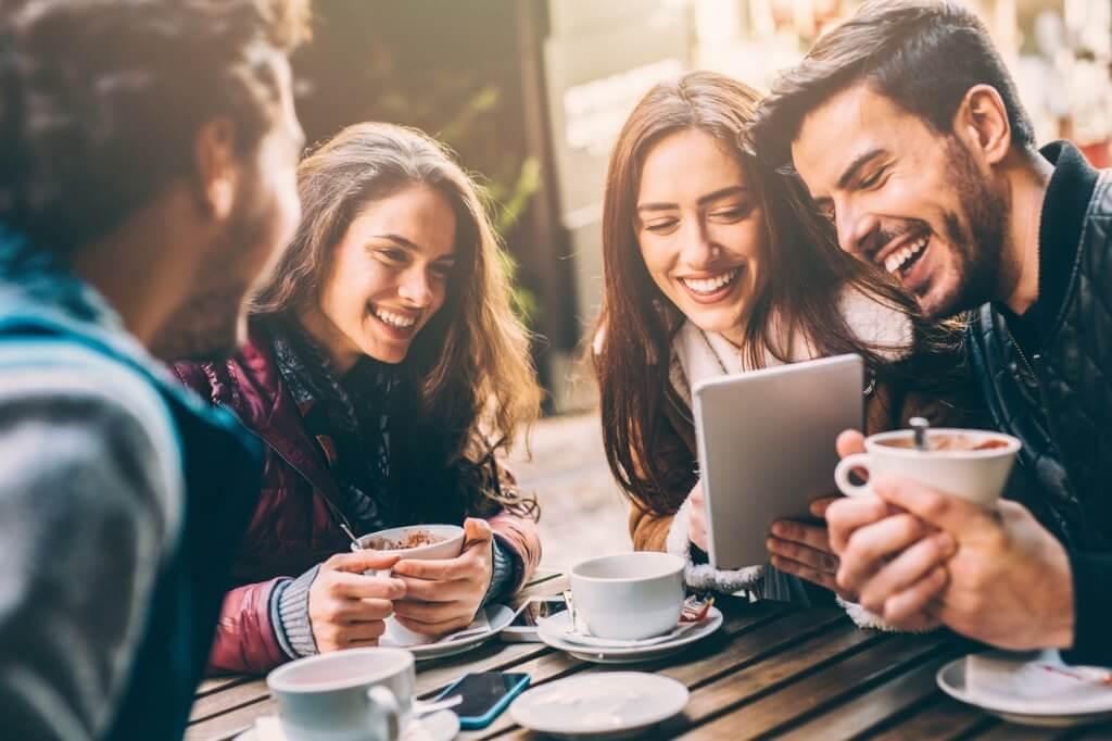 Amigos en una cafetería