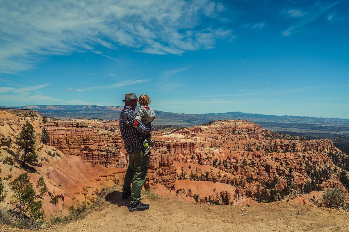 padre con su hijo en un paisaje rocoso