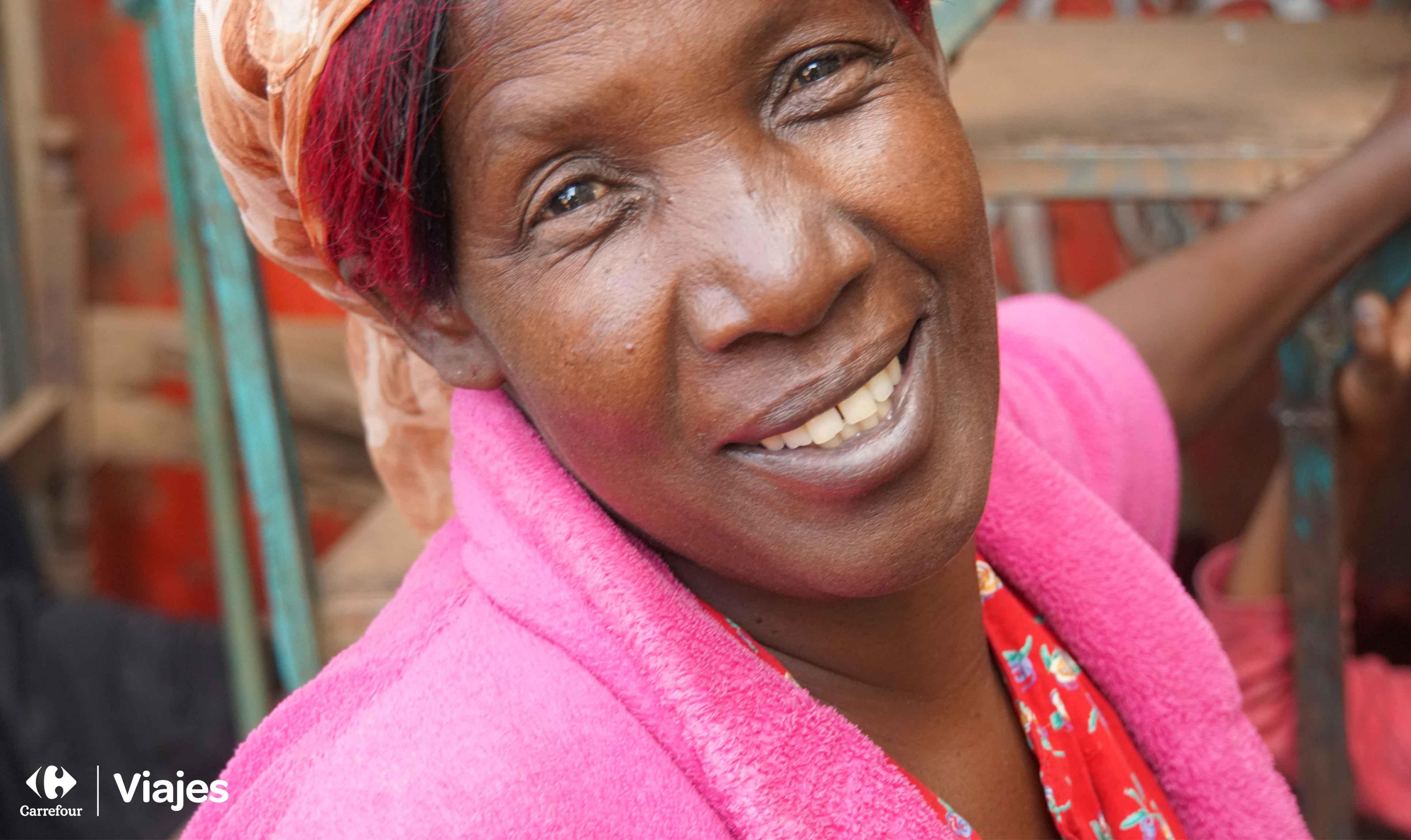 mujer africana mirando sonriente