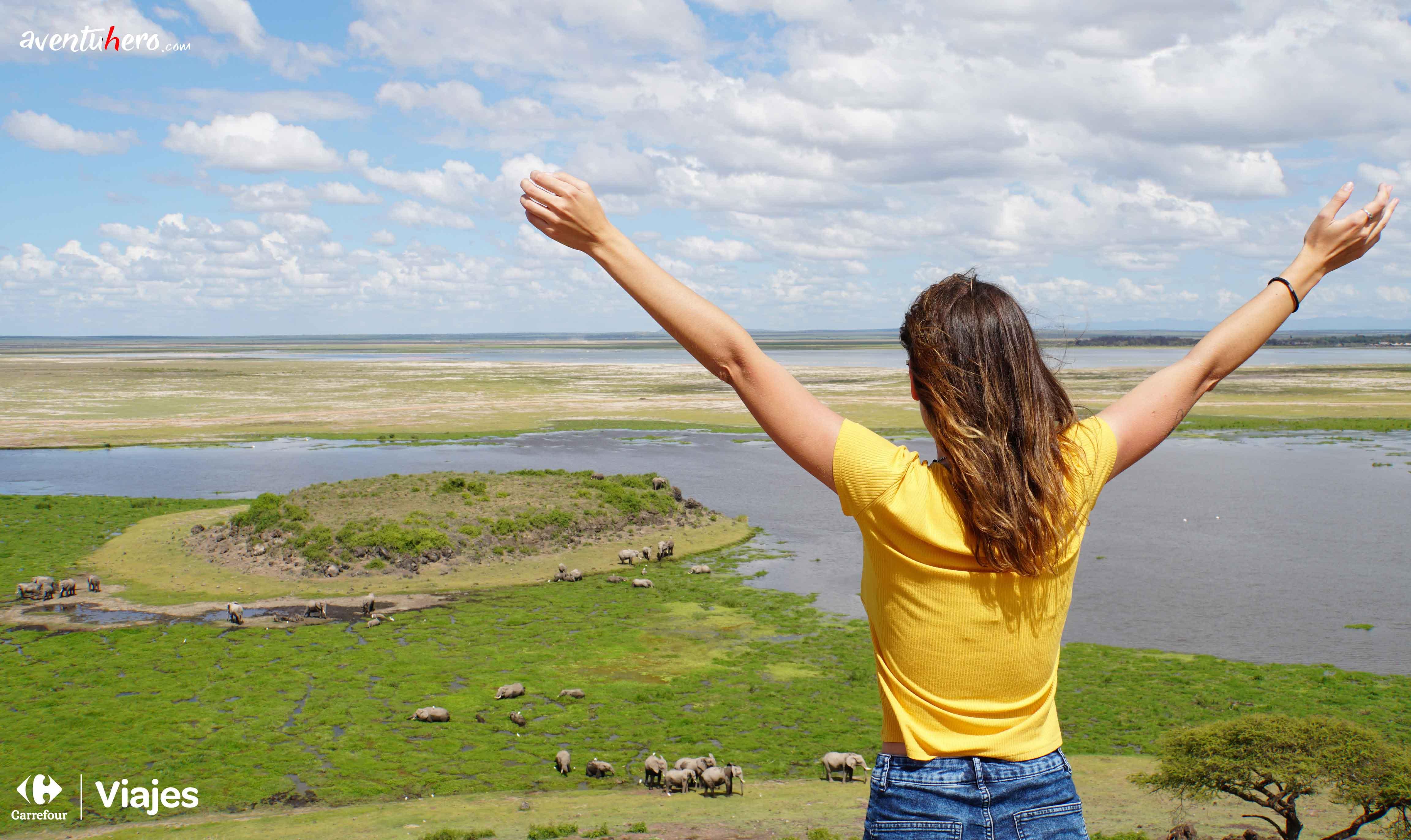 mujer frente a la ciénaga que rodeaba al lago Amboseli