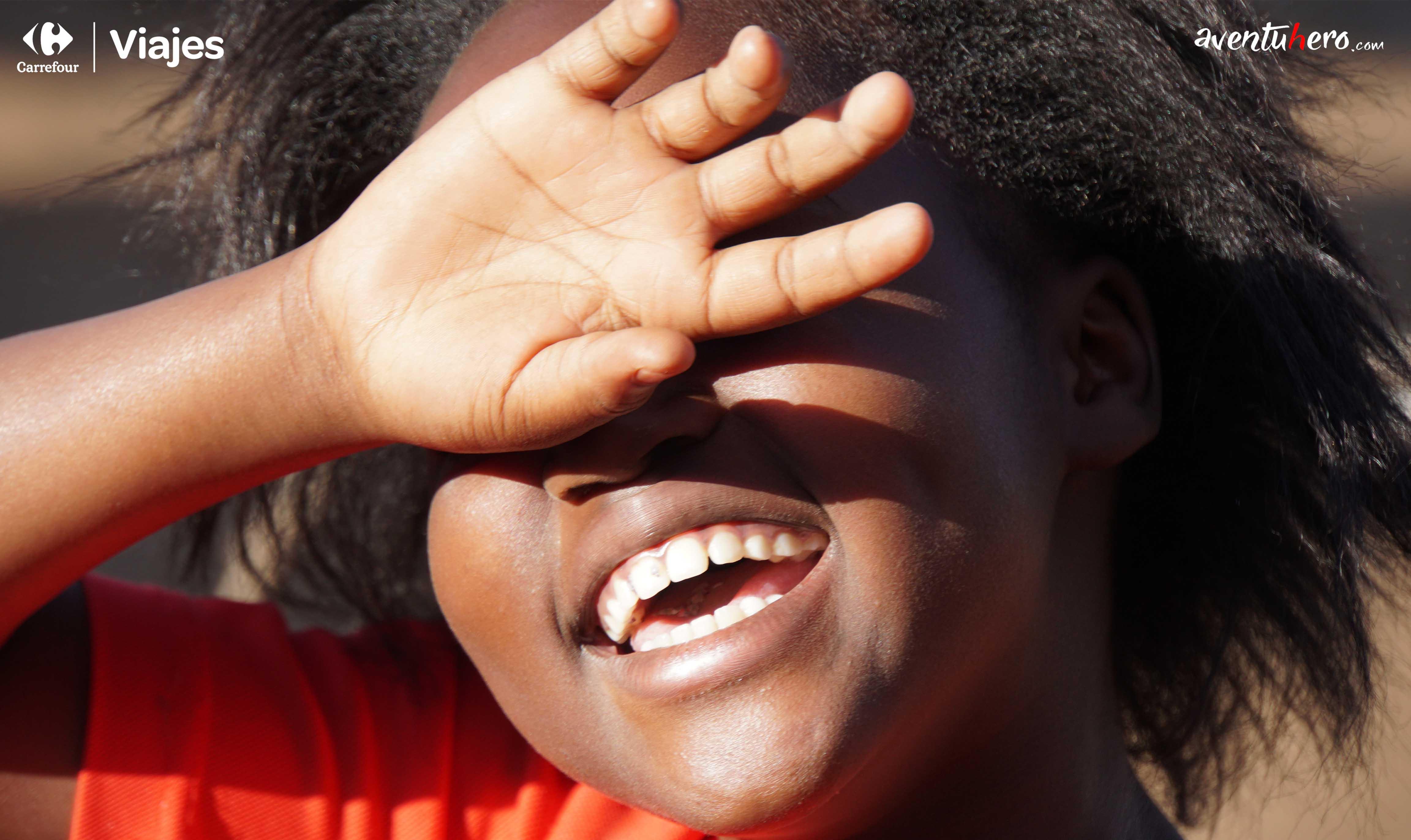 niña africana sonriendo frente al sol