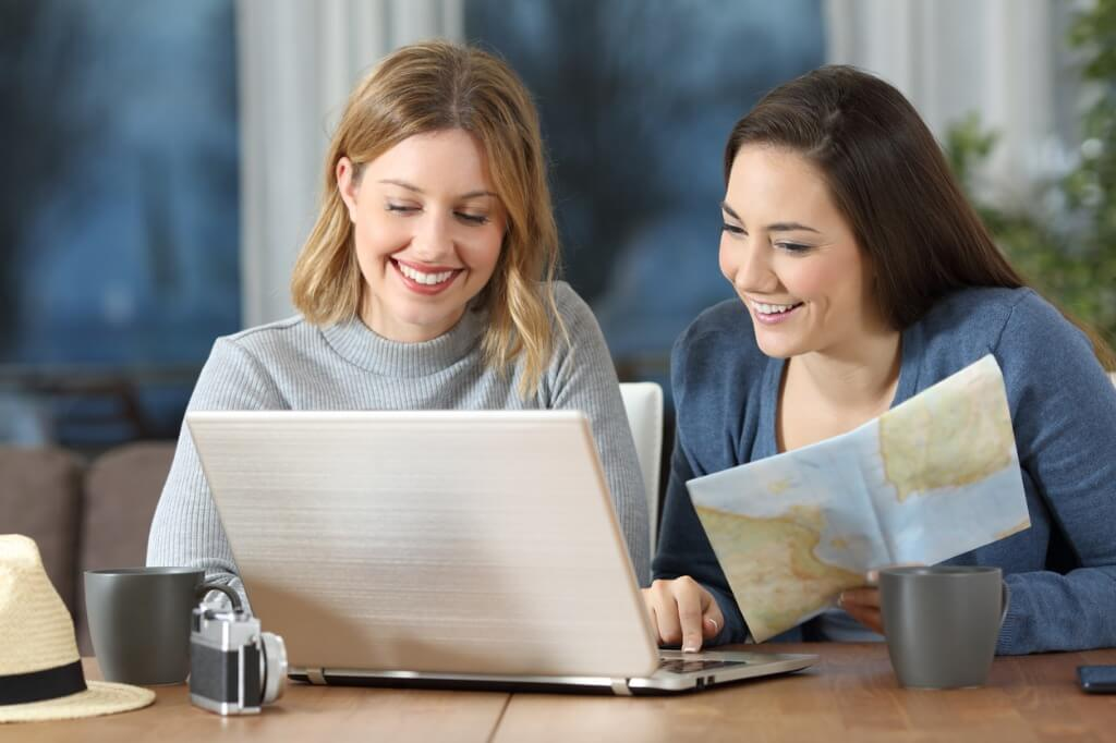 tourists-planning-travel-in-an-apartment ¿CUÁL ES LA MEJOR ÉPOCA DEL AÑO PARA VIAJAR? LA RESPUESTA: ¡TODAS!