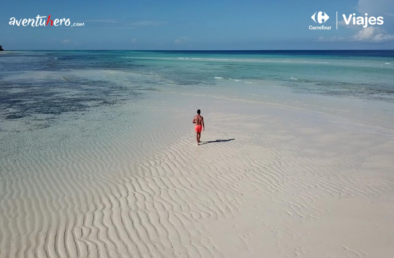 Caminando por la playa de Zanzíbar