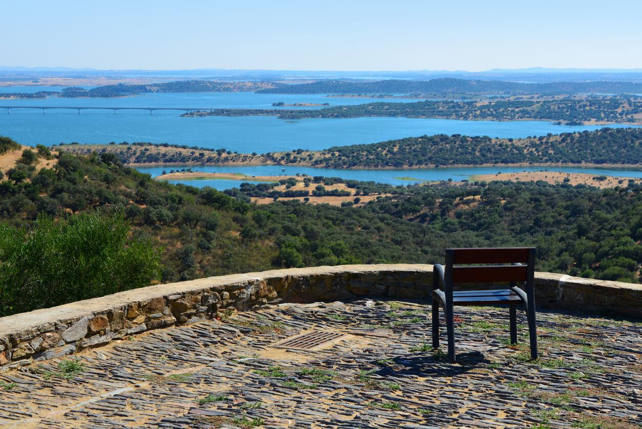 Embalse presa de Alqueva, visto desde Monsaraz - una silla para disfrutar del panorama, Alentejo, Portugal