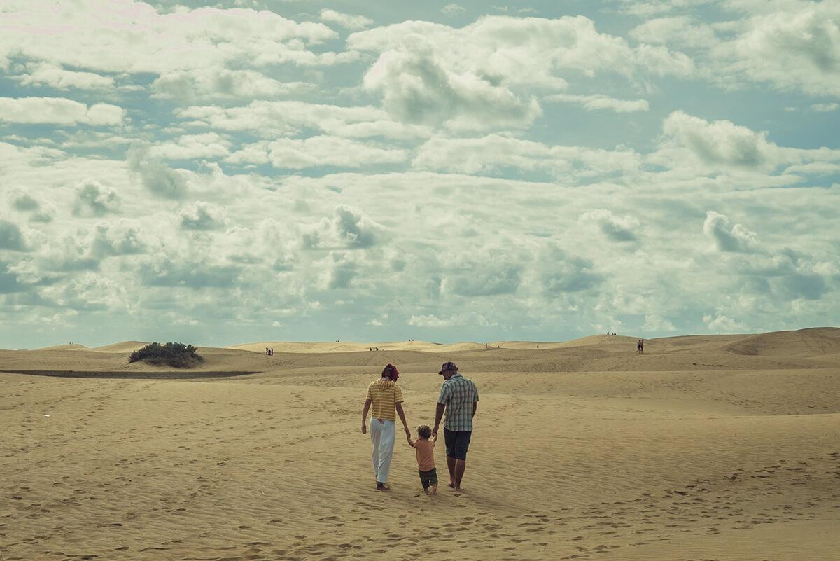 andando en las dunas de playa con un bebé