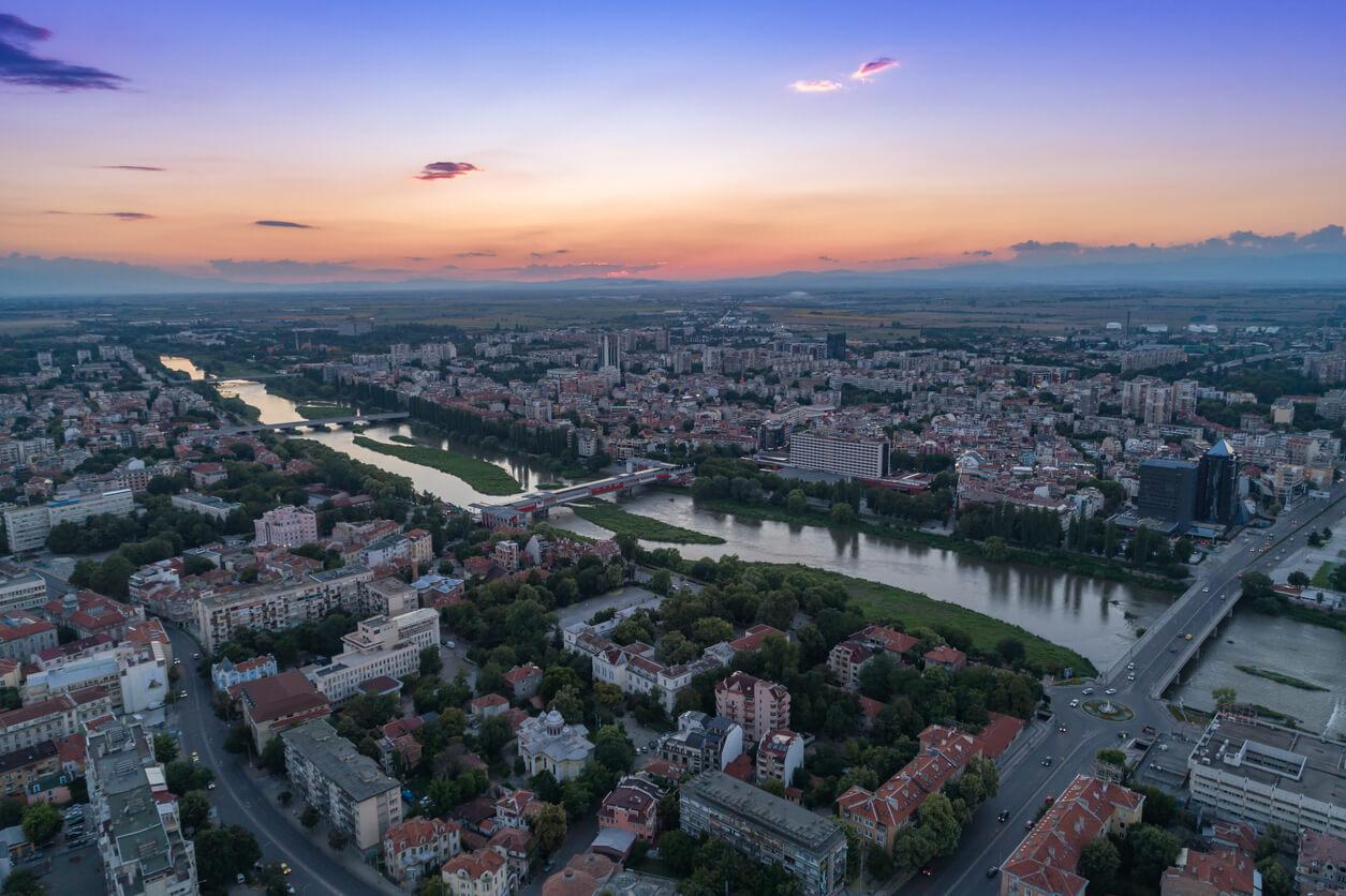 Río Maritsa en hermosa vista aérea de Plovdiv, Bulgaria
