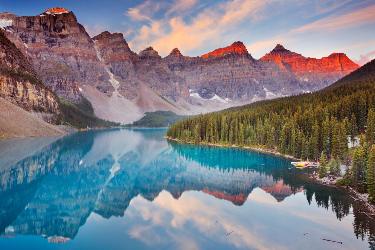 Lago Moraine en sunrise, parque nacional de Banff, Canadá