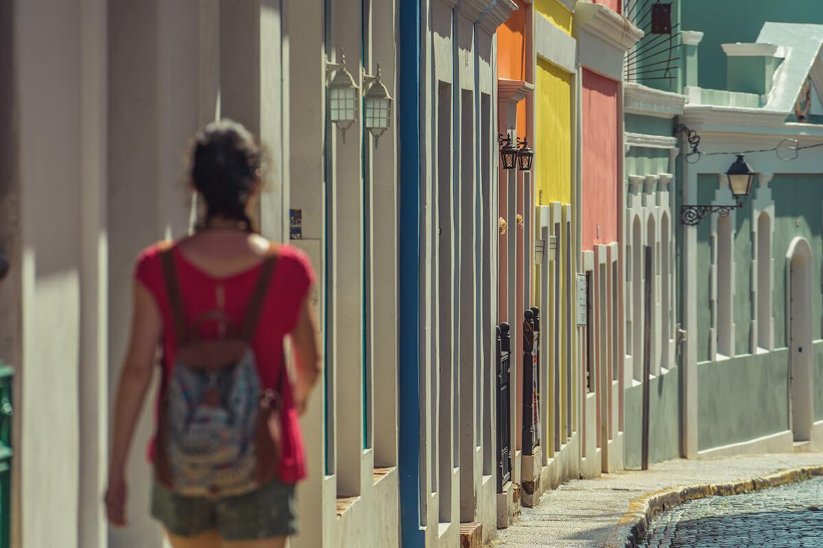 Puerto rico en Familia 1 - mujer andando or las calles de Puerto Rico