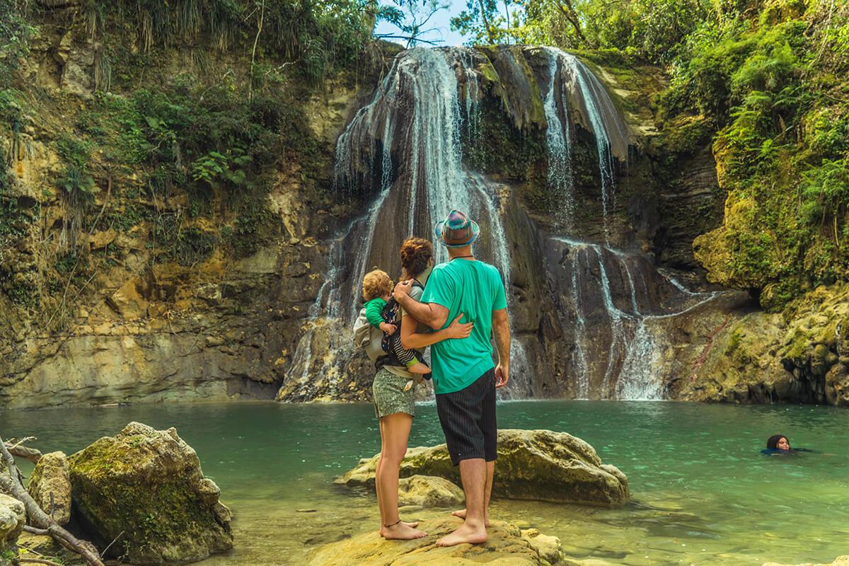 Puerto rico en Familia, familia observando una cascada en Puerto Rico