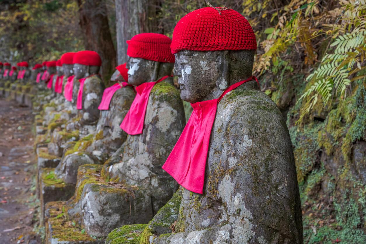 Estatuas de piedra de Nairobi Jizo (Asia oriental budismo) en abismo de Kanmangafuchi, Nikko, Japón