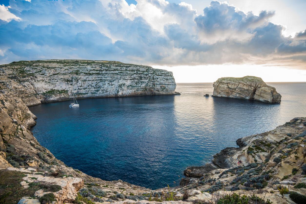 Vista panorámica de la bahía de Dwejra con hongo Rock, Gozo, Malta