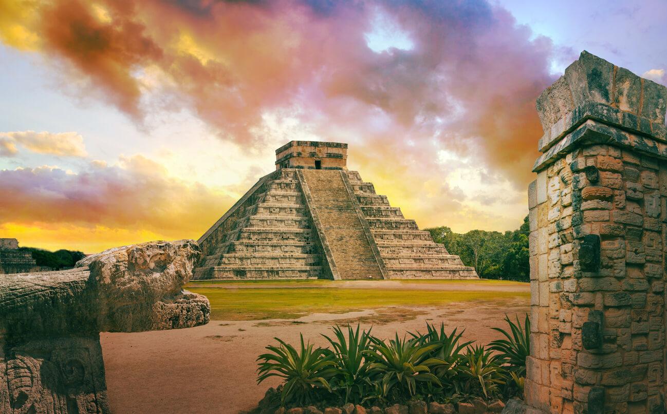 México, Chichén Itzá, Yucatán. Puesta de sol. Pirámide maya de Kukulcán El Castillo