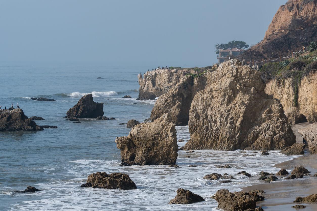 Vista de la playa estatal el Matador tras el incendio de Woolsey en Malibu, California