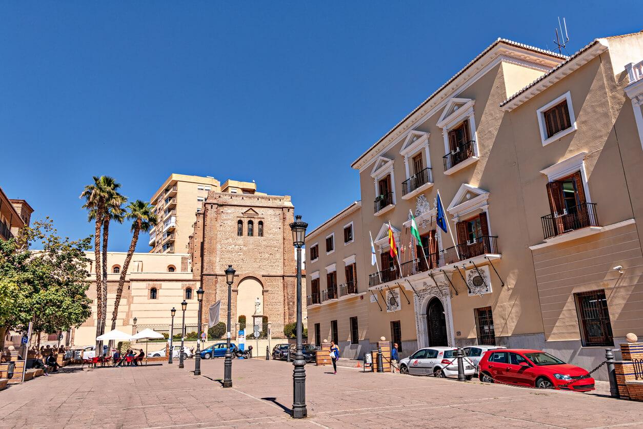 Vista del edificio del Ayuntamiento de Motril y de la iglesia histórica en el casco histórico de la ciudad