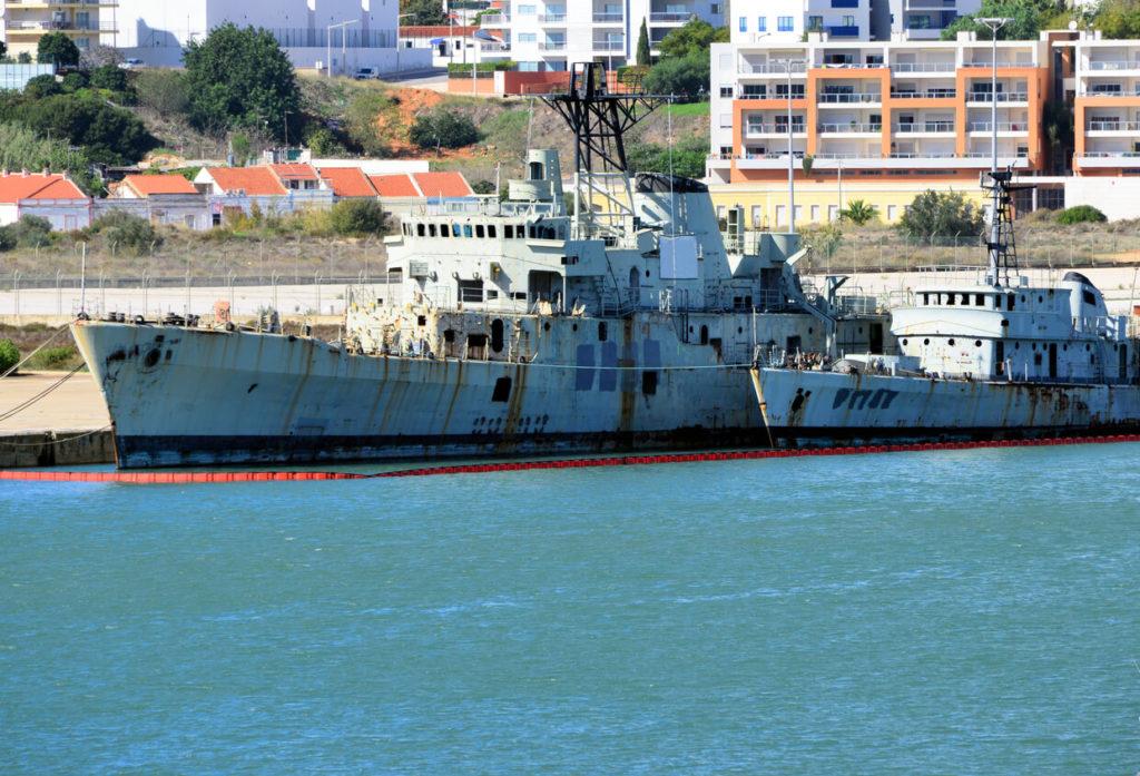 Dos buques navales de decomissioned listos para ser echado a pique para crear un arrecife artificial de coral - Portimão, Algarve, Portugal