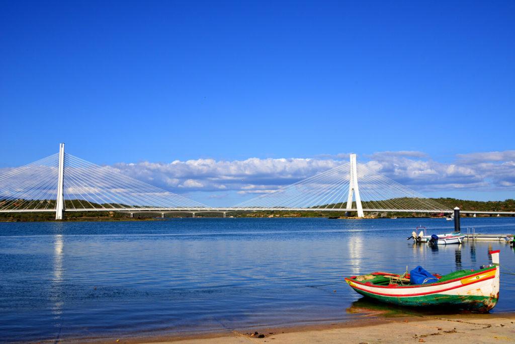 Puente atirantado sobre el río Arade y barco de pesca, Portimão, Portugal