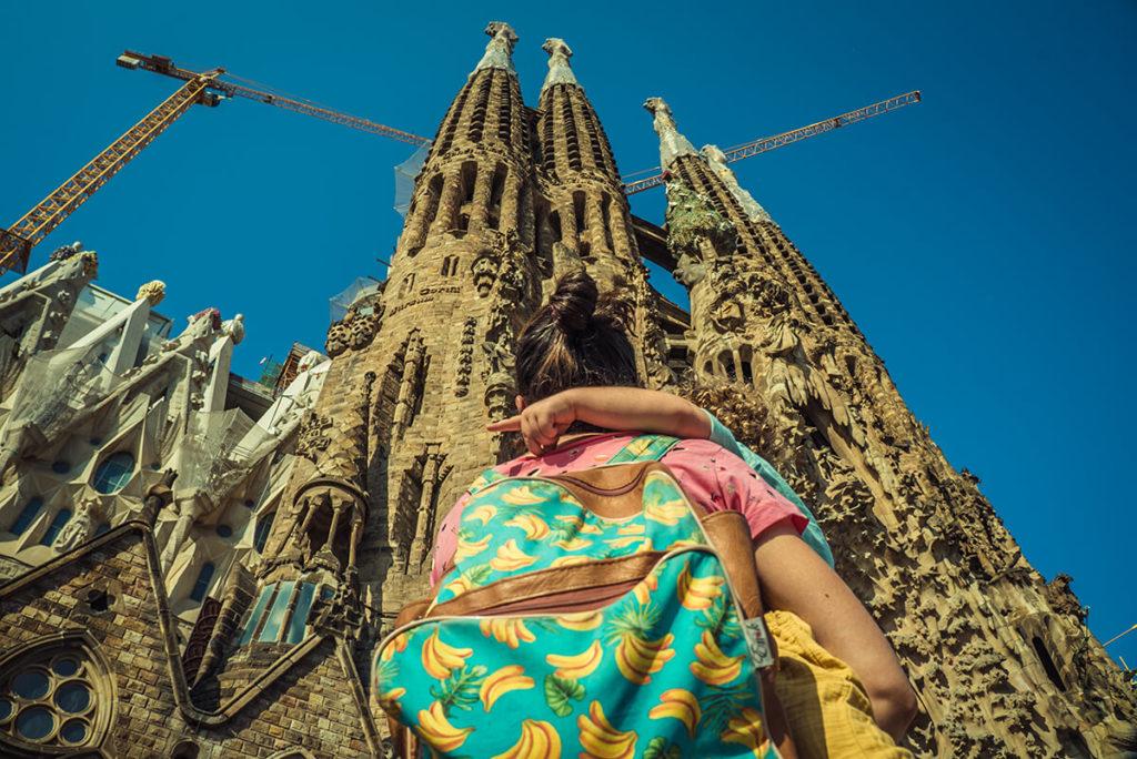 mujer con su hijo observan la catedral