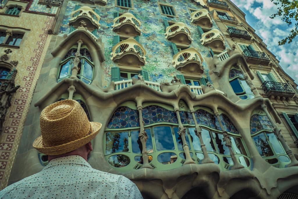 hombre mirando una casa de diseño en barcelona