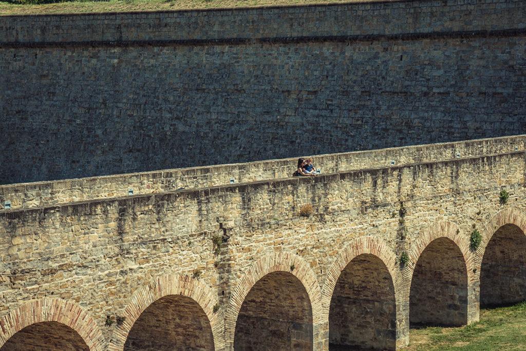 Mujer disfruta de unas vistas en la muralla de Pamplona