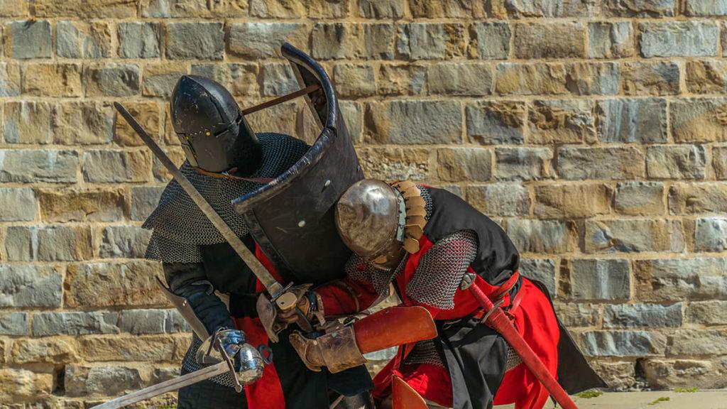 Dos guerreros luchan durante la visita teatralizada en la muralla de Pamplona