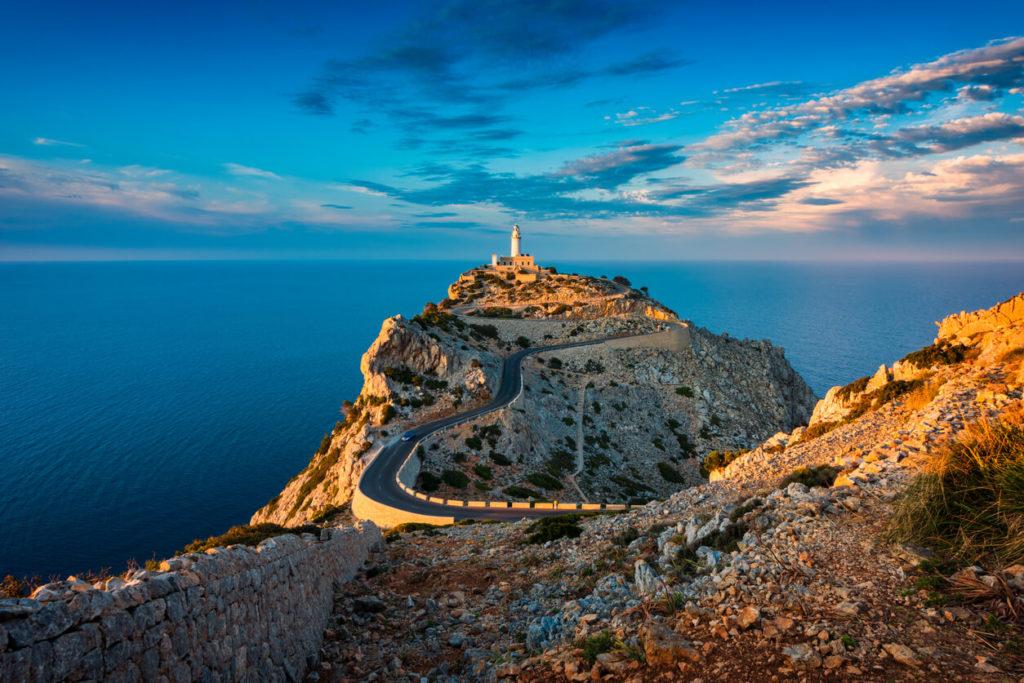 Faro de Cap de Formentor Mallorca España alrededor de puesta del sol