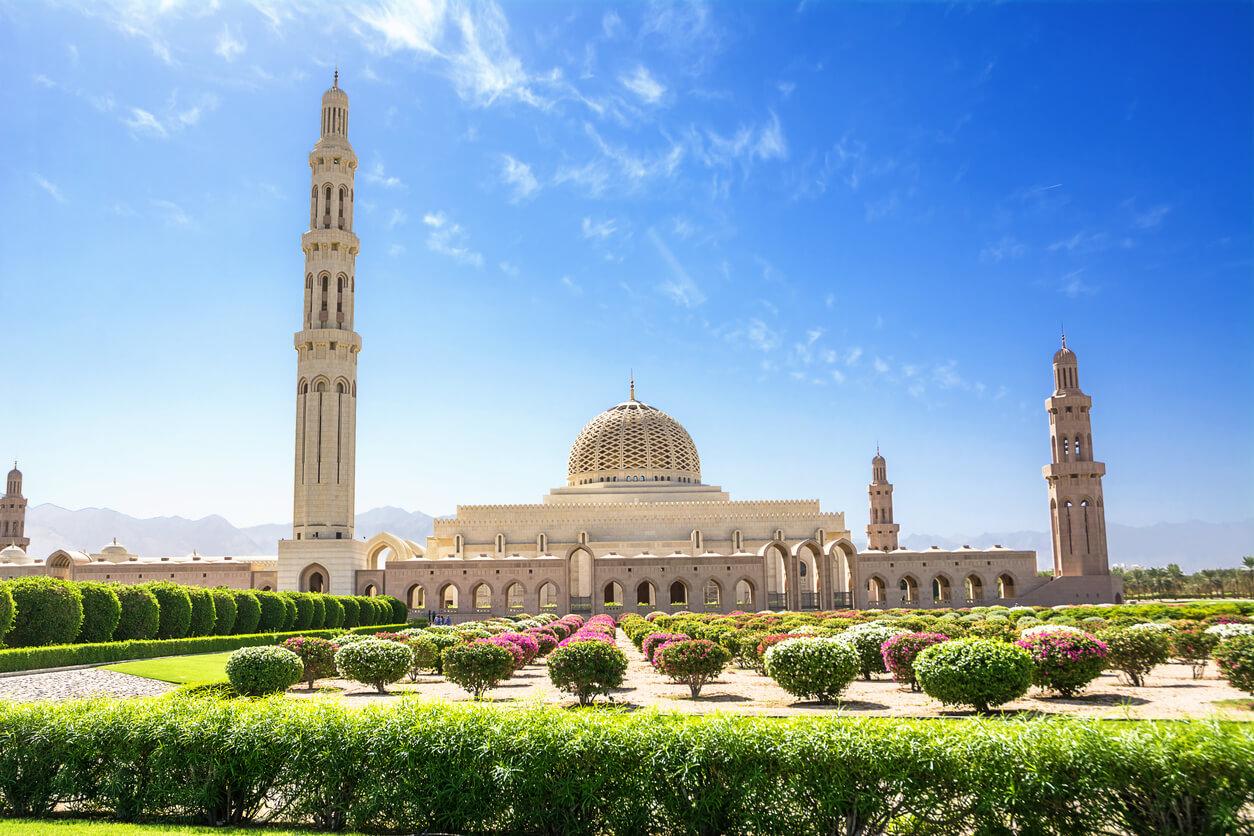 Jardines y la gran mezquita de Muscat (Omán)