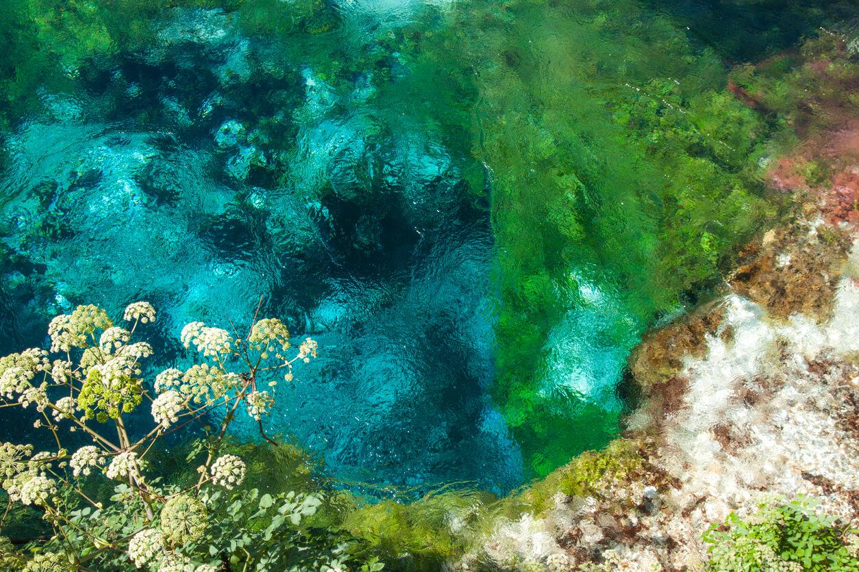 Primavera azul turquesa hermoso ojo azul (Syri i Kalter) Río Saranda, Albania, Bistrice