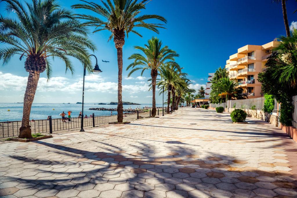 Vista de Ibiza frente al mar. España