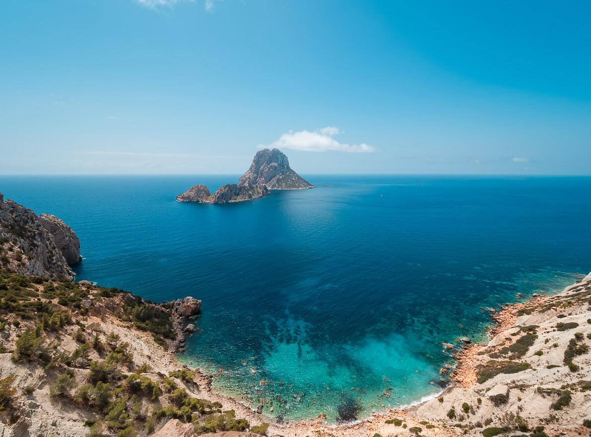 Vista de los islotes de Es Vedrá y Es Vedranell, desde el acantilado de Cala D'hort, en Ibiza, España