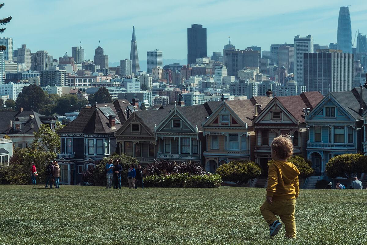 niño andando en el césped en San Francisco