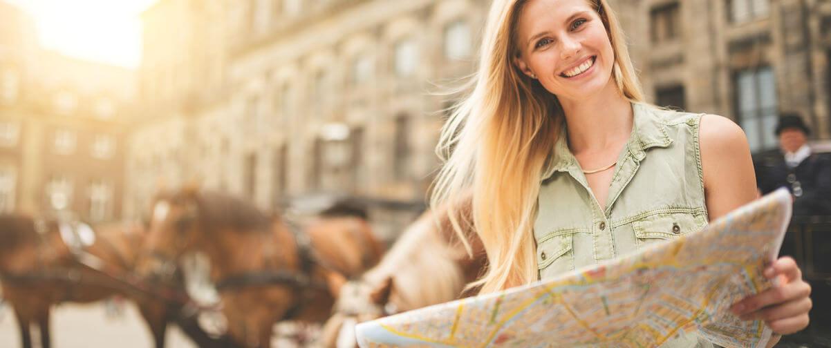 Turista con mapa