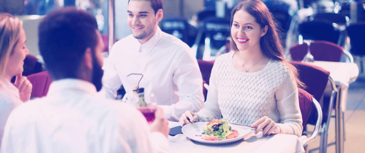 Dos parejas comiendo en restaurante
