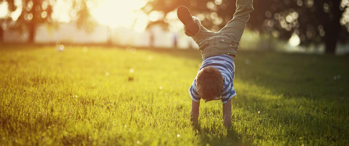 Niño jugando parque