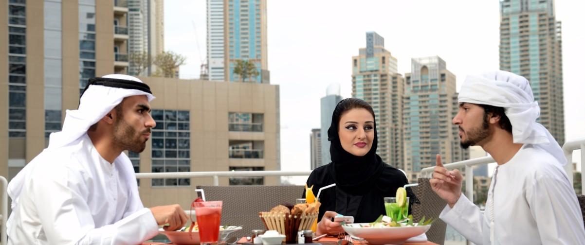 Guía Dubai, Arabes en restaurante