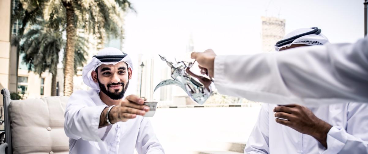 Guía Dubai, Arabes bebiendo té